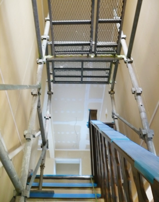 新築住宅の階段吹き抜け部に設置した内部足場