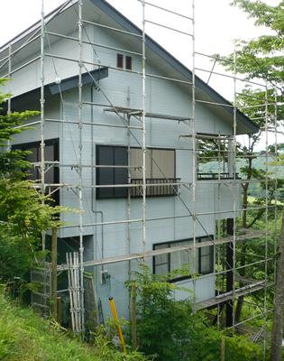 傾斜地別荘の外壁塗り替え用に設置した足場